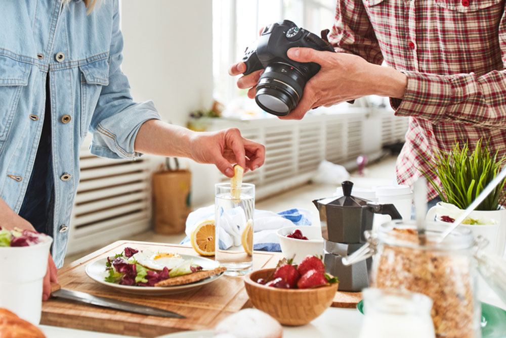 Many of us have wondered why food never tastes as delicious as it looks in advertisements. The trick, apparently, lies in photography.