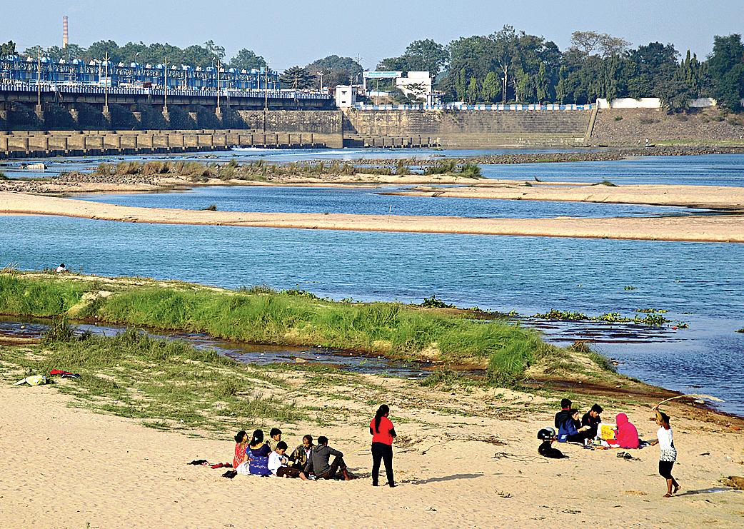 Picnickers near the Durgapur barrage