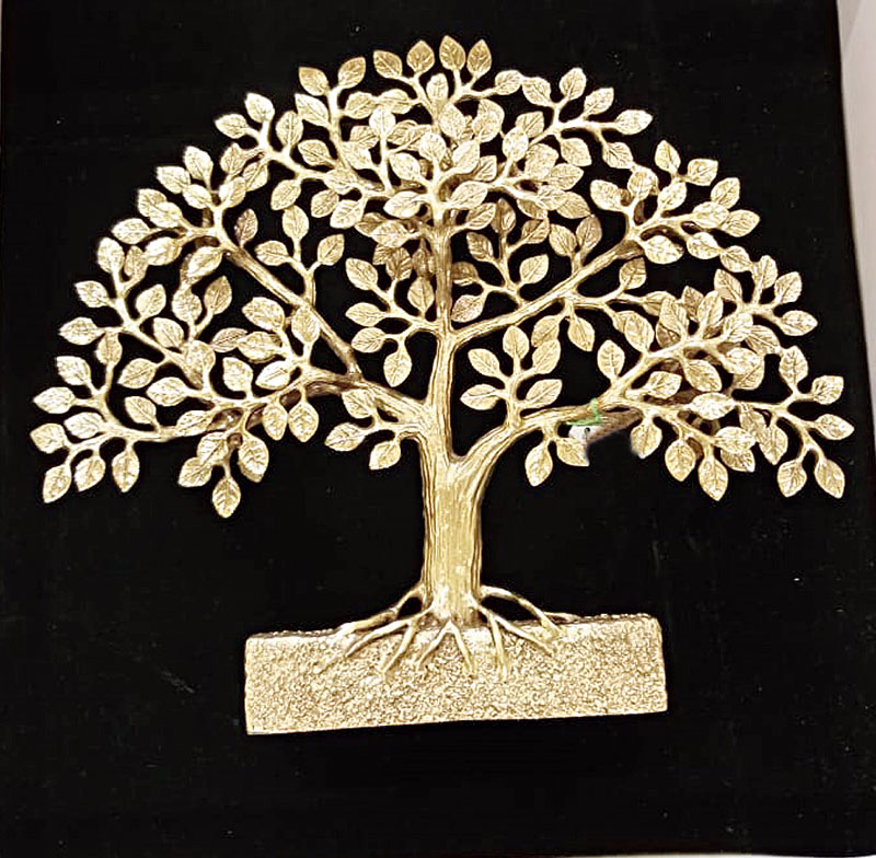 Jury members Michael Feiner and Sanjukta Bose were felicitated by Miraj D. Shah, vice chairman, The Bhawanipur Education Society College, on stage, with a 'Tree of Life' artefact by Glow-N-Glitter.