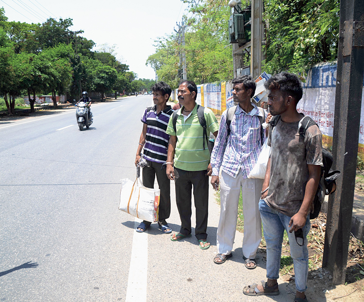 Nitish Kumar, Raju Ravidas, Ramsarop Das and Ashok Das, accompanying Das, echoed him. They said that they were working for a private contractor and the lockdown rendered them jobless.