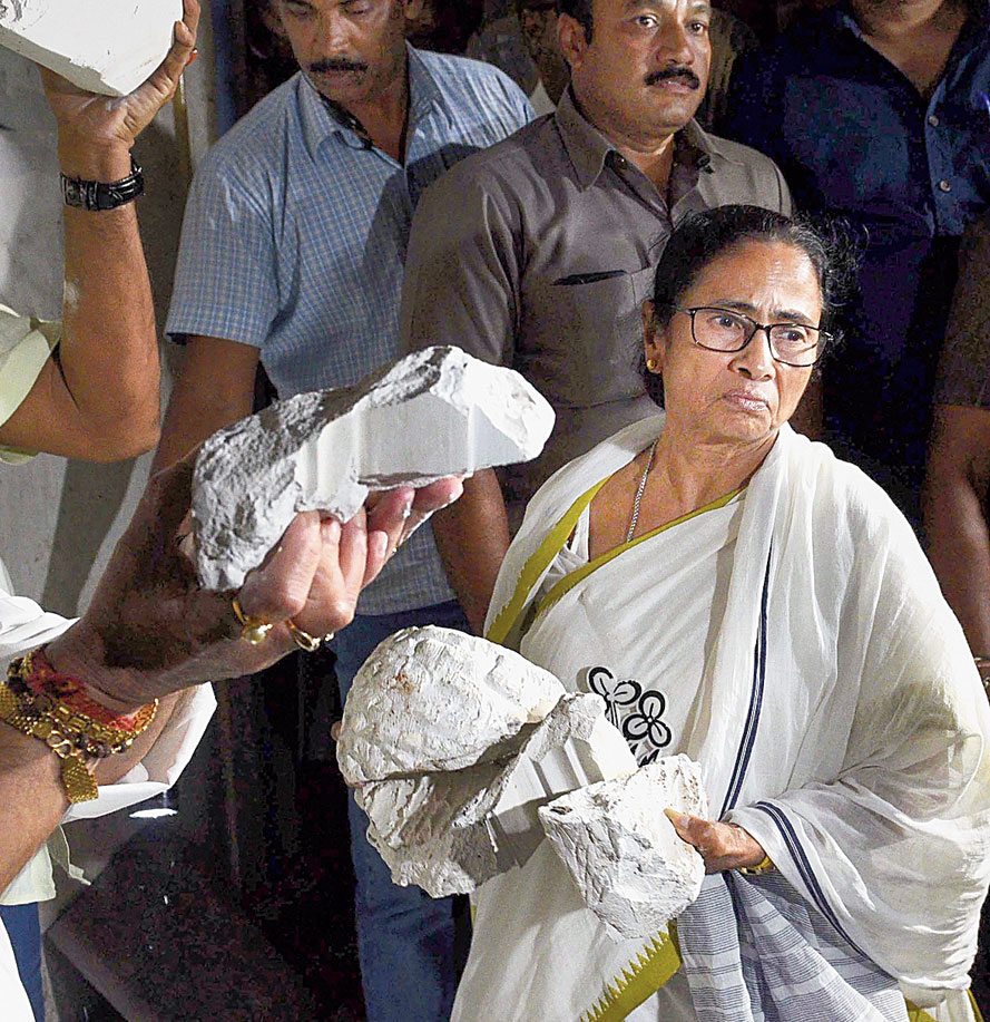 Mamata Banerjee with the broken Vidyasagar statue