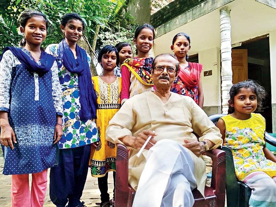 Sankar Prasad Hore with students at Howrah Vivekananda Siksha Kendra in Bagnan