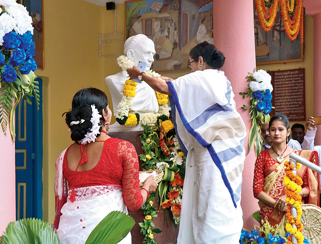 Mamata Banerjee garlands a bust of Vidyasagar.