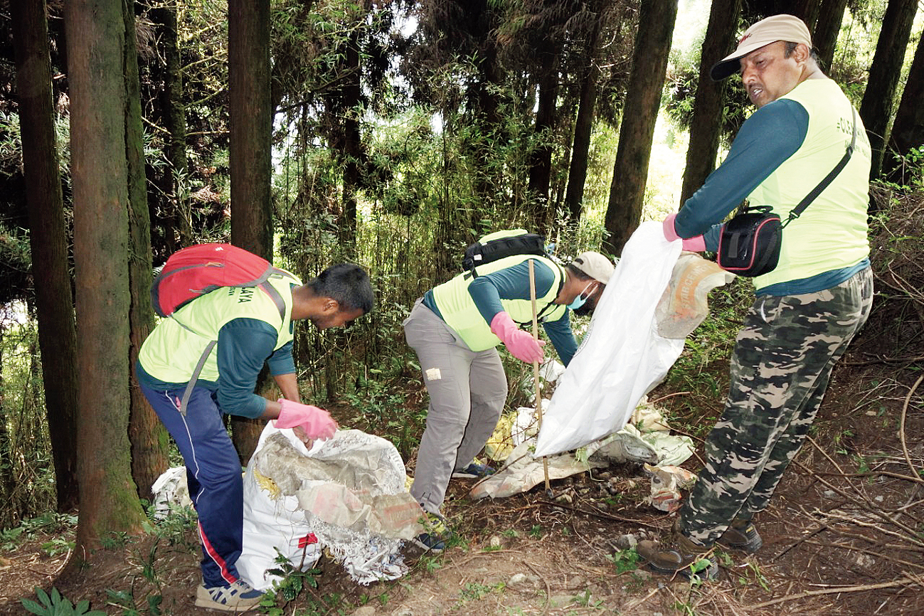 Climbers collect trash from the Himalayas