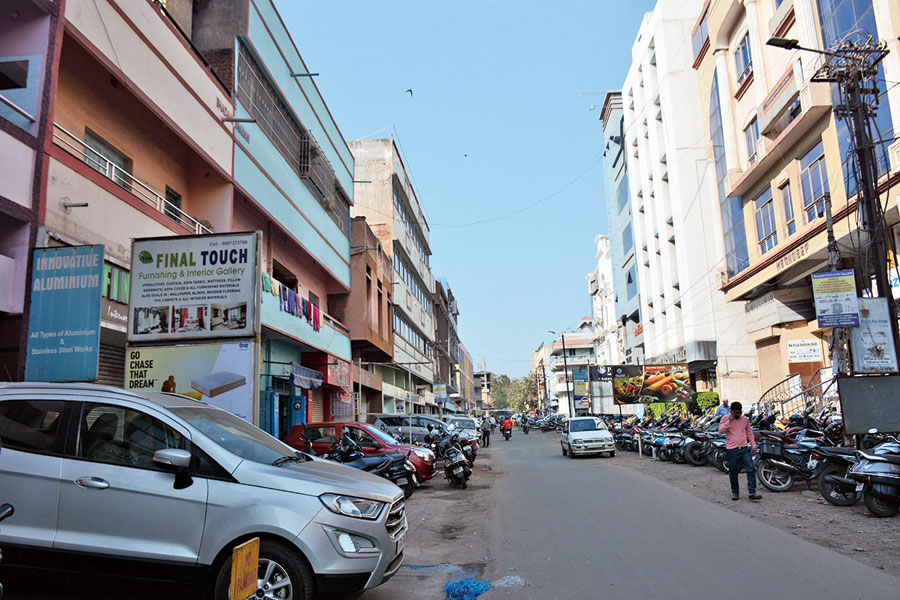 Vehicles parked along the road near market complexes in Bistupur, Jamshedpur, on Tuesday.