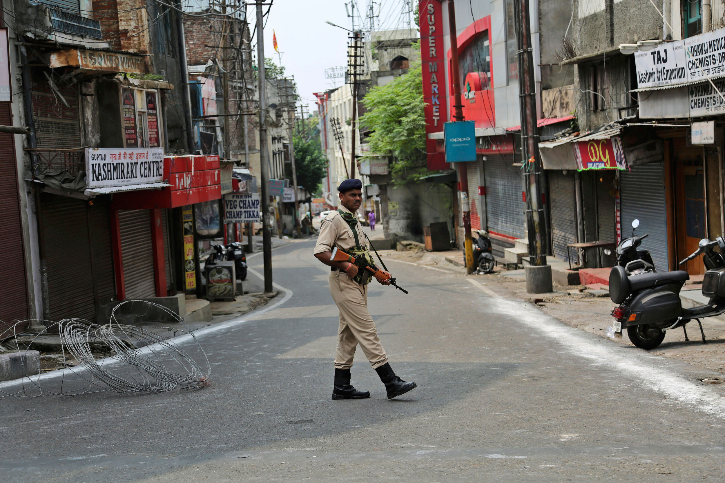 An Indian paramilitary soldier stands guard during a security lockdown in Jammu on August.6, 2019.