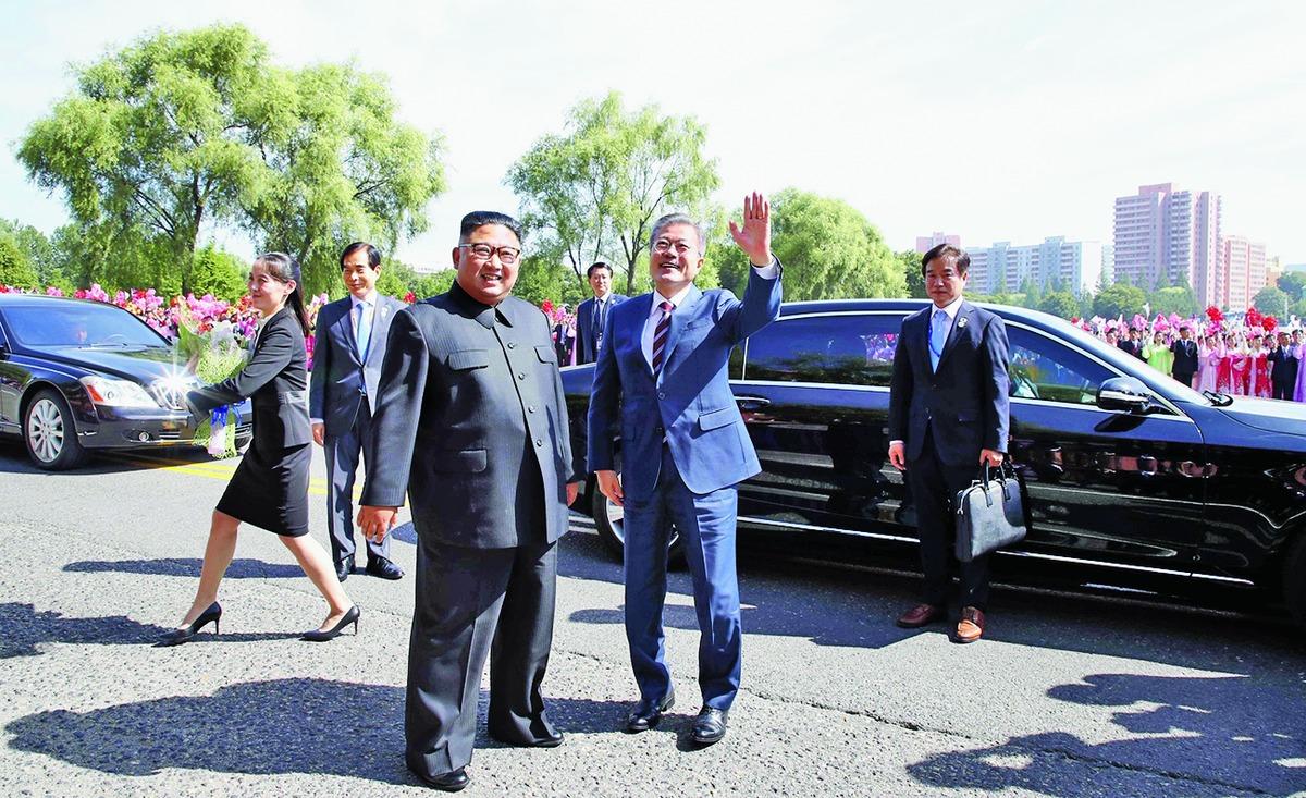 Kim Jong-un (left) and Moon Jae-in in Pyongyang on Tuesday.