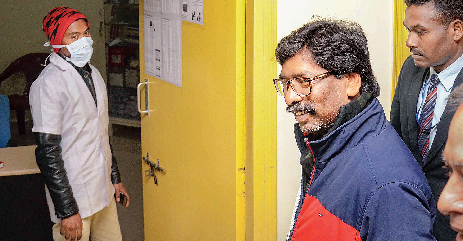 Jharkhand chief minister-designate Hemant Soren arrives at Rajendra Institute of Medical Sciences to meet RJD chief Lalu Prasad in Ranchi on Thursday.