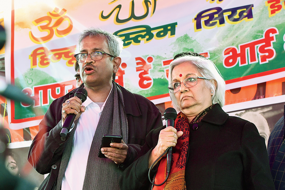 Supreme Court-appointed interlocutors Sanjay Hegde and Sadhna Ramachandran interact with the protesters