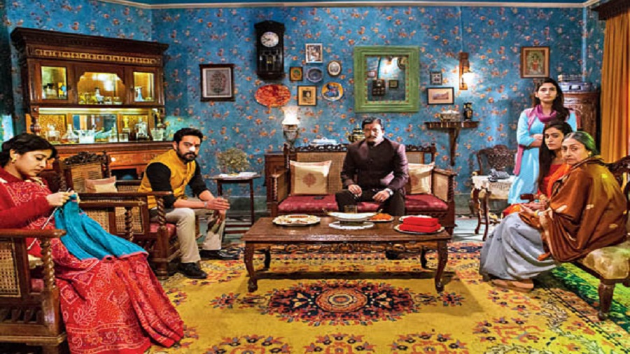 A paradigmatic noir tempered with elements of a social thriller, Raat Akeli Hai is a classic locked-room murder mystery that, however, (successfully) defies many genre conventions
