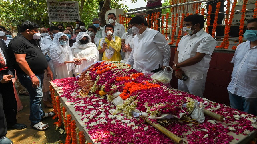 Daughters perform last rites of former SP leader and Rajya Sabha member Amar Singh, at Chhatarpur in New Delhi, Monday, Aug. 3, 2020. Singh (64) who died in a Singapore hospital is survived by his wife Pankaja Singh and two daughters - Drishti and Disha.