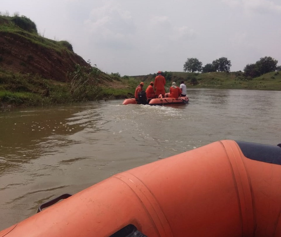 NDRF team in boat searching the body of Saurya Tiwary in Palamau on Tuesday, August 4