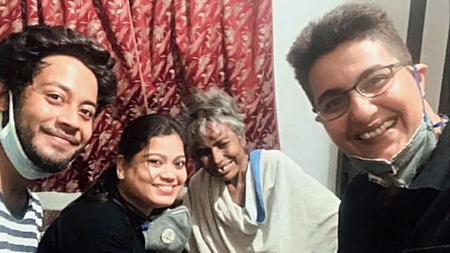 Priyanka Mitra (right) with Priyam Dutta (second from left), a friend (left) and a woman (third from left) they had rescued from a road in north Calcutta where she had been lying injured for three weeks.