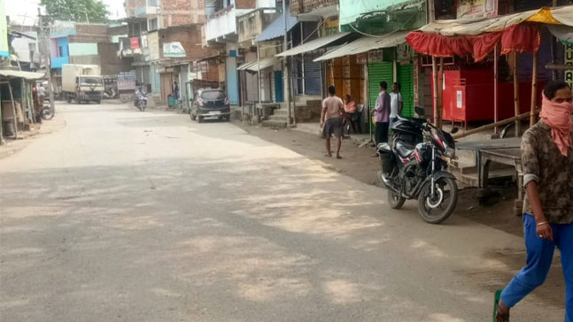 Shops remained closed in Huntergunj of Chatra on Sunday.