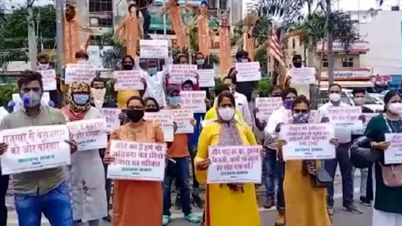 Jharkhand Salon and Parlor Association protested at Albert Ekka Chowk on Main Road, Rajdhani Ranchi. People from Ranchi, Jamshedpur, Chaibasa and several other districts of the state were present in this demonstration demanding to let them open their parlors and salons.
