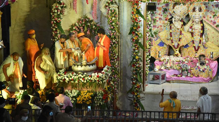 Shree Ram Janmabhoomi Teerth Kshetra Trust head Nritya Gopal Das and priests perform rituals on Krishna Janmashtami in Mathura on Wednesday.