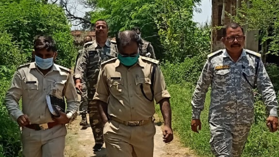 Police team led by SDPO Anup Kr. Baraik (centre) on their way to Vidrohi Singh's house