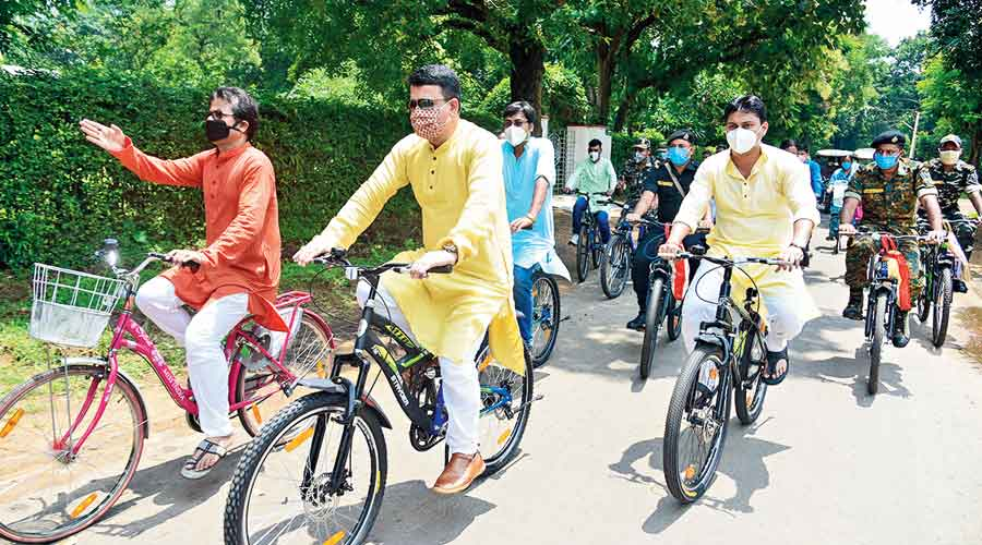 SP Shyam Singh (in yellow kurta with sunglasses on) and other police officers cycle in Santiniketan on Sunday