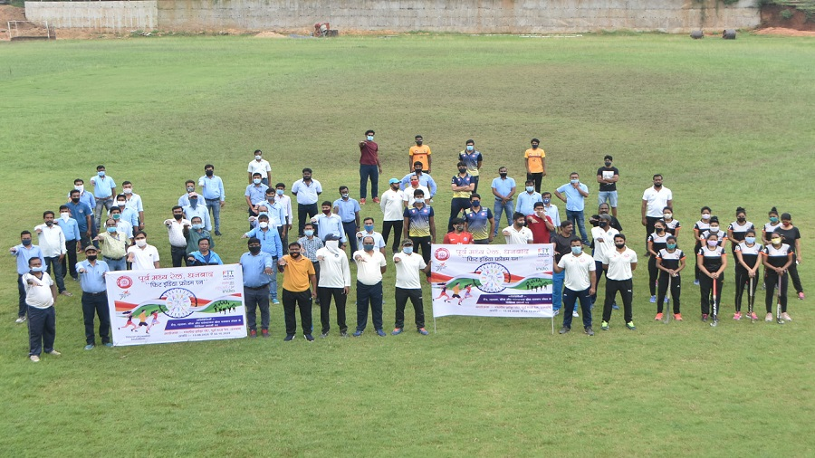 Players of the divisional sports association, ECR, Dhanbad Rail Division taking a pledge to be fit and healthy during the 'Fit India Movement' campaign at the Railway Stadium in Dhanbad on the occasion of National Sports Day on Saturday