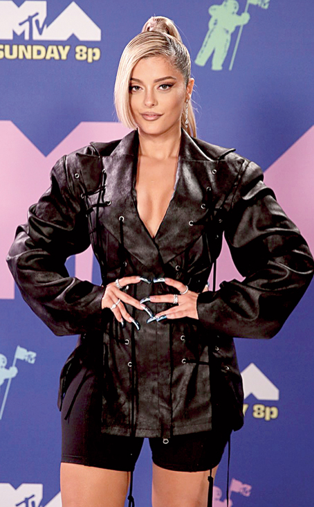 2. Bebe Rexha went the all-black way in a fitted number with pronounced sleeves but the Say My Name singer let her fingers do the talking as she flashed her long manicured chrome nails. We wish she had not played so safe and had added some colour to her look or some more accessories to stand out.