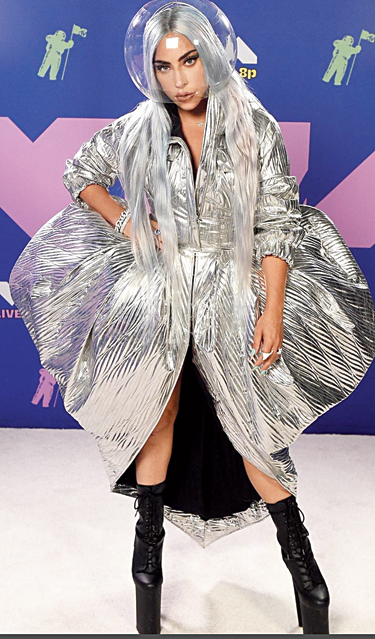 4.One look at Lady Gaga's red-carpet outfit took us back to one of this year's t2 party theme — metallic! Mama Monster who bagged several awards later, walked in channelling some serious Moon Person vibe in a transparent helmet by Muscarella, a silver number by Area and her massive Gaga high heels! The singer-actor kept her make-up minimum and opted for silver mane.