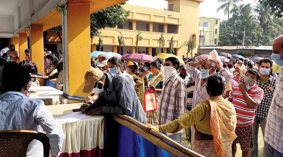 People throng the Swasthya Sathi counters at the Duare Sarkar outreach camp in Nadia district's Chakdah town