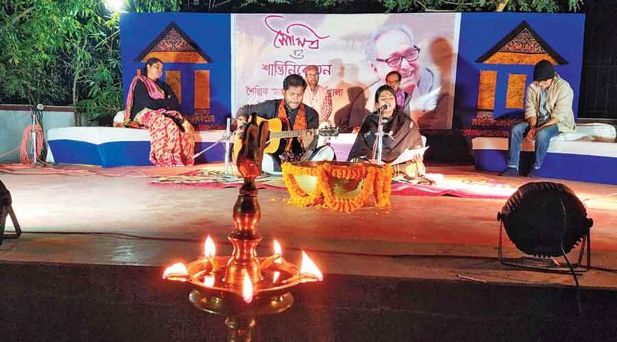 Organised by the Panchabon Art Resort in Santiniketan, those who took part in the adda were professor of Bengali in Visva-Bharati Manabendra Mukhopadhyay, Patha Bhavana teacher Debalina Dalal, Rabindra Bhavana official Nilanjan Banerjee and former Kala Bhavana curator Sushovan Adhikari