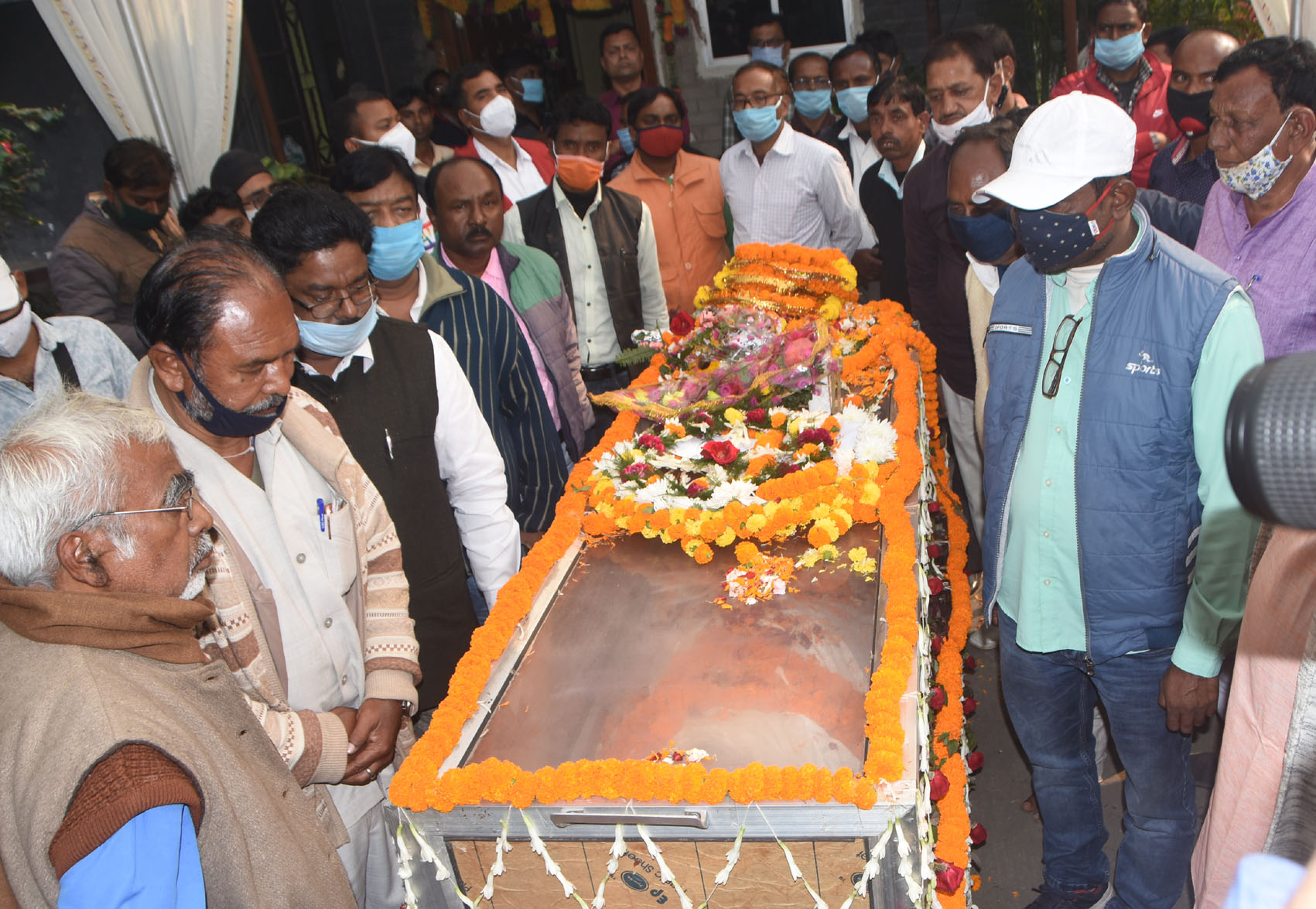 Political leaders, locals pay last respect to Raj Kishore Mahato at his Dhanbad residence on Thursday.