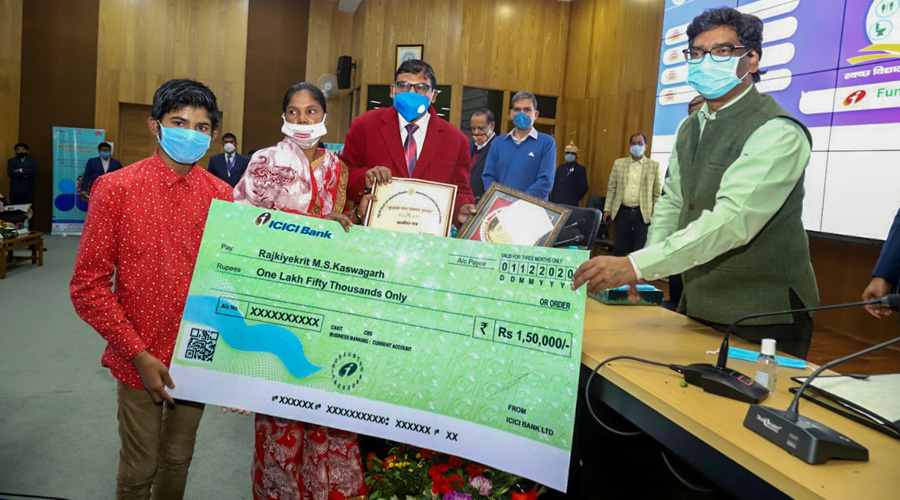 Chief Minister Hemant Soren hands over a cash prize to representatives of a school for cleanliness under the Mukhyamantri Swaccha Vidyalaya awards in Ranchi on Thursday.