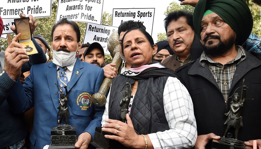Former wrestler Kartar Singh, hockey player Rajbir Kaur, Olympics gold winning hockey player Gurmail Singh and other sportspersons march towards Rashtrapati Bhavan to return their awards to the President in protest against the new farm laws, in New Delhi on Monday.