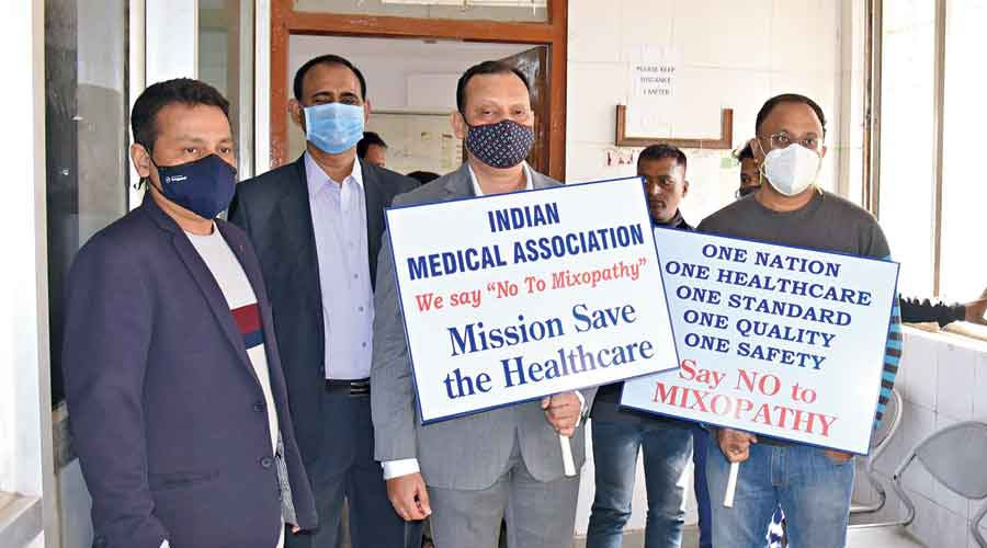 IMA members picket at MGM Hospital in Sakchi in Jamshedpur to ensure that OPDs are closed on Friday