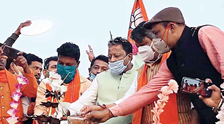 BJP leaders Mukul Roy and Kailash Vijayvargiya at a party programme in Patharpratima, South 24-Parganas, on Monday