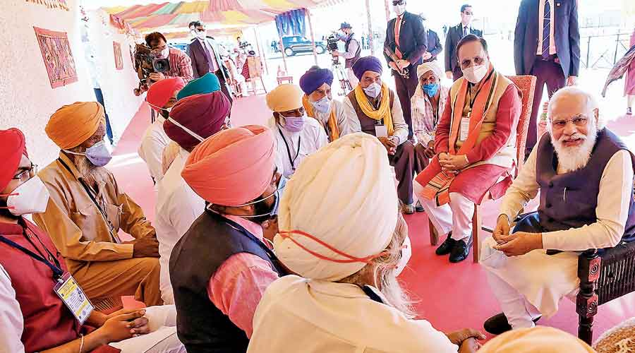 Modi and Gujarat chief minister Vijay Rupani  at the Kutch event on Tuesday