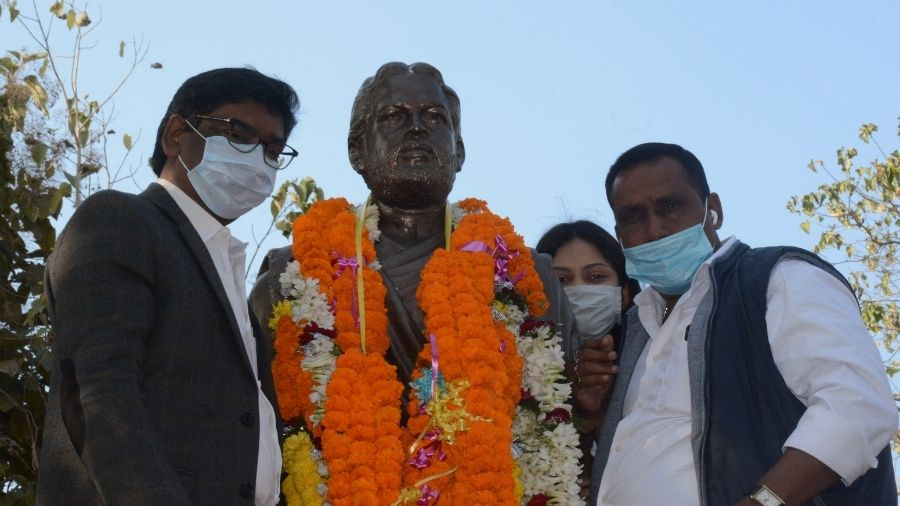 Chief minister Hemant Soren (left) after garlanding the statue of slain JMM leader Nirmal Mahato at Uliyan, Kadma, in Jamshedpur on Friday, the 70th birth anniversary of the leader. This was Hemant's first visit to the steel city after becoming chief minister. He was accompanied by cabinet colleagues Banna Gupta and Champai Soren. Savita Mahato, the widow of former JMM leader Sudhir Mahato was also present along with MLAs Ramdas Soren, Sanjeev Sardar, Mangal Kalindi and Samir Mohanty.