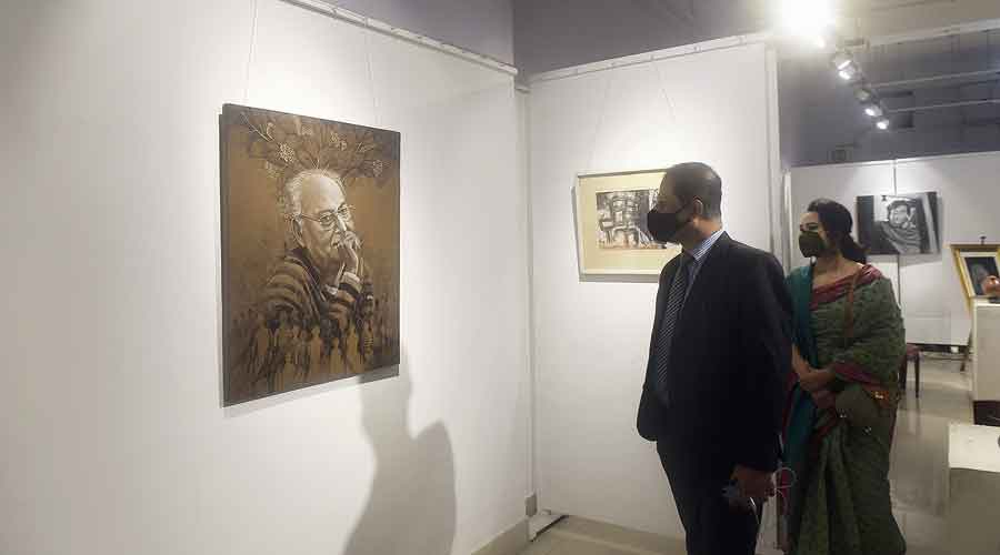 The exhibition organised by Prachi Protichi is a tribute to the thespian by painters and sculptors of Bengal and Bangladesh