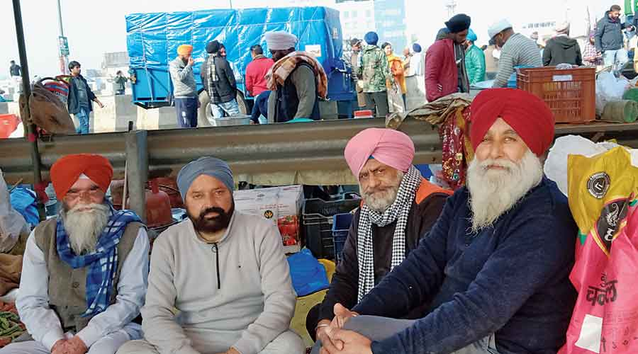 Harjit Singh (in blue turban), the farmer from Suar in Rampur, and Harjinder Singh Sodhi (in pink turban), from Nagaria Khurd in Rampur, with other protesters at the Delhi-Ghaziabad border