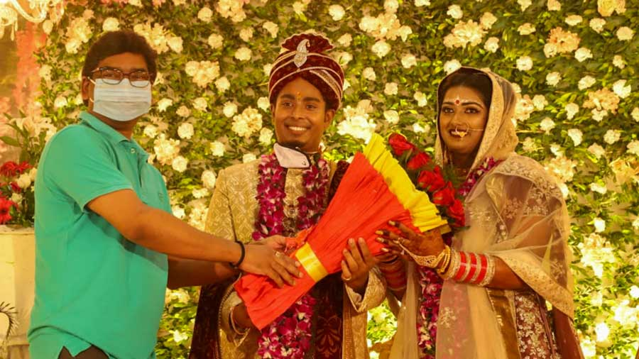 Archers and newlyweds Deepika Kumari and Atanu Das receive a bouquet from chief minister Hemant Soren in Ranchi on Tuesday
