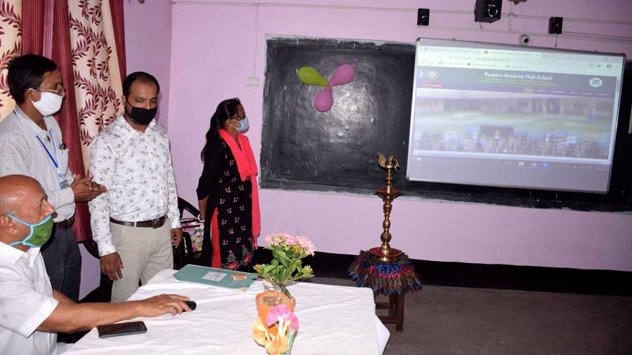 Jamshedpur East MLA Saryu Roy publishes the website at People's Academy High School, Barawari on Friday