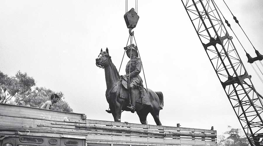 Lord Minto's statue being removed from Maidan