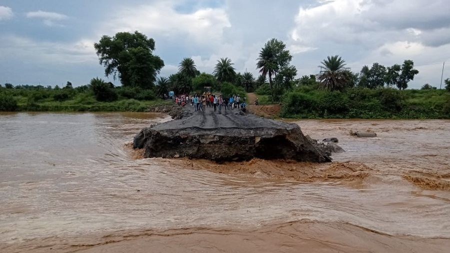 The diversion that was washed away in Tandwa of Chatra district on Sunday