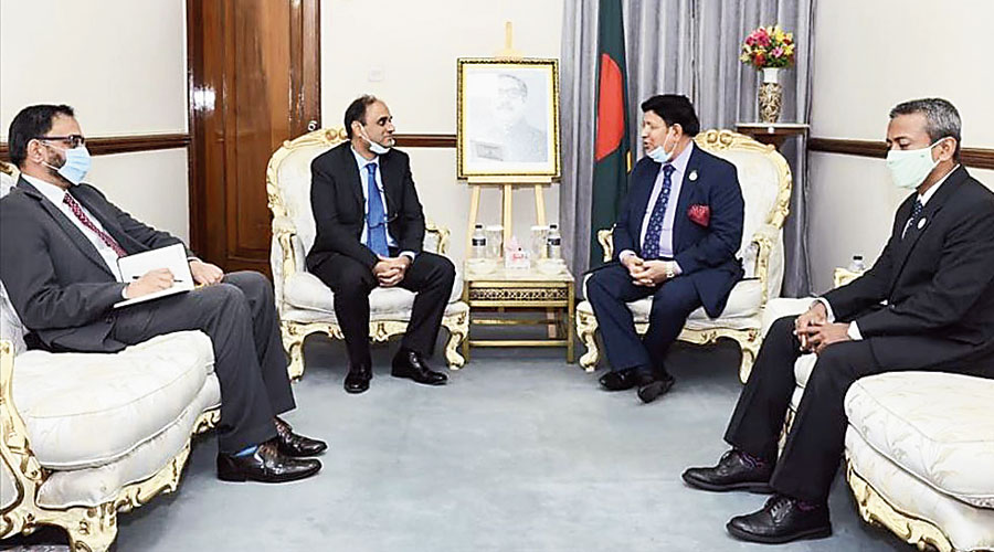 Imran Ahmad Siddiqui (second from left), Pakistan's high commissioner in Dhaka, meets AK Abdul Momen (second from right)  in Dhaka on July 1