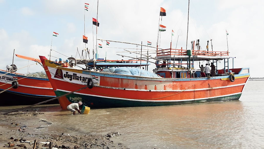 Fishing vessels anchored at Digha in East Midnapore because of poor catch