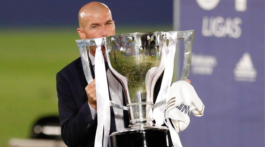 Real Madrid manager Zinedine Zidane with the La Liga trophy on Thursday.
