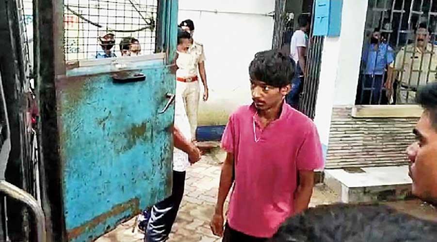 Arshanarthi at Islampur police station on Tuesday