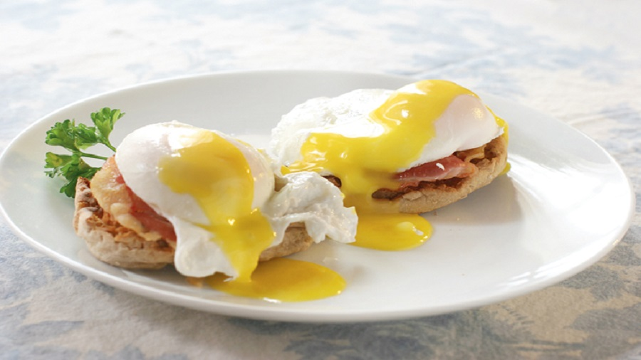Eggs Benedict is a dish preferred all over the US, which had its birth in New York. English muffins, poached eggs, and ham or bacon served with creamy Hollandaise sauce make up this wonderful dish.