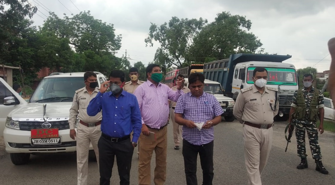 Palamau DC makes surprise inspection of Jharkhand-Bihar interstate check post