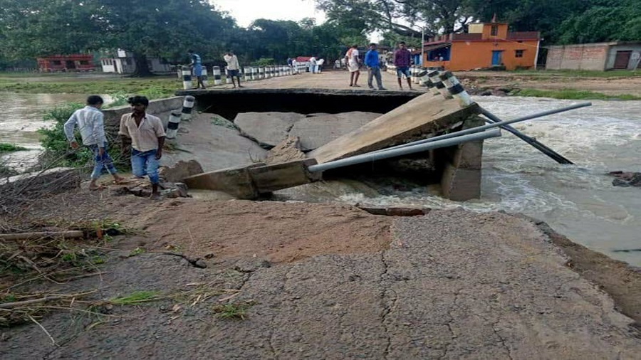 The bridge built on the Durgavati river between Sikka and Gadariyadih village located at Padwa police station area in Palamu broke in the on Tuesday night due to incessant rains. The incident occurred due to soil cutting under the culvert, a part of which also broke. Traffic was disrupted.