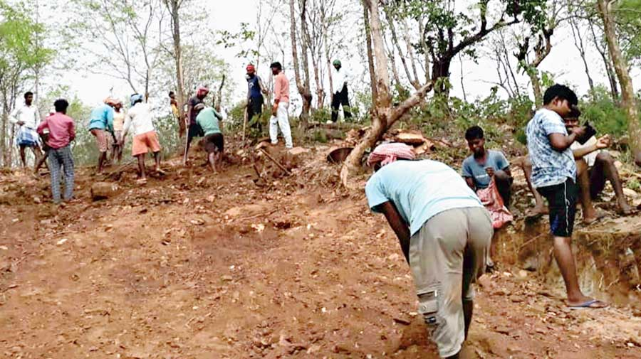 The road being built on the hill by the villagers at Dhanbad's Gangapur.