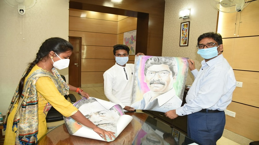 Tinku Kumar giving a painting to chief minister Hemant Soren in Ranchi on Wednesday evening