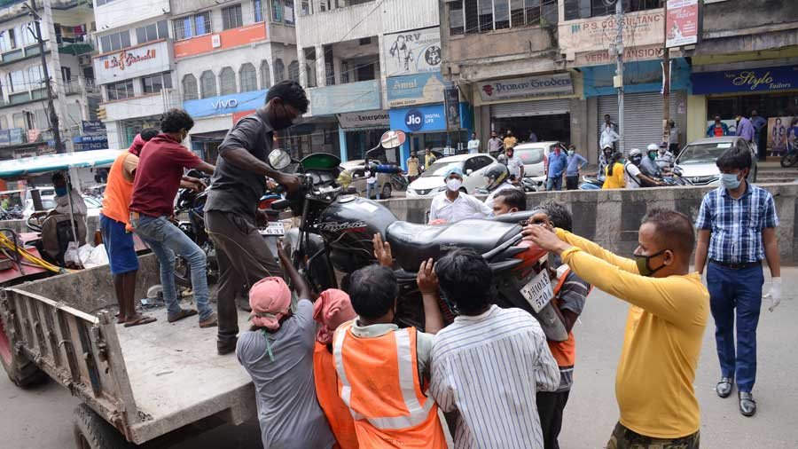 Seized two-wheelers being lifted on a tractor. More than two dozen two-wheelers were seized from a no-parking zone near Sriram Plaza in Bank More, Dhanbad on Thursday during  a drive under the supervision of Deputy Commissioner Dhanbad, Umashankar Singh, along with Dhanbad SDM , DSP (law and order) and Dhanbad traffic police.